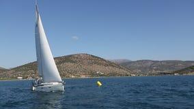 在结束的航行游艇在沿海峭壁附近的种族赛船会期间在爱琴海 体育运动 影视素材