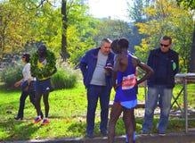 在结束索非亚马拉松以后的肯尼亚运动员 免版税库存照片
