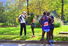 在结束索非亚马拉松以后的肯尼亚运动员 库存照片
