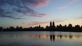 在从杰奎琳・肯尼迪水库看见的上部西侧大厦后的日落在中央公园在曼哈顿,纽约, NY 免版税图库摄影
