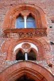 在维杰瓦诺城堡的两个美妙的有竖框窗口在帕尔瓦附近的在伦巴第(意大利) 库存图片