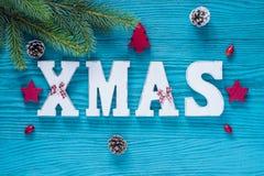 在绿松石和红颜色的圣诞节木装饰 免版税图库摄影