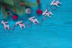 在绿松石和红颜色的圣诞节木装饰 图库摄影