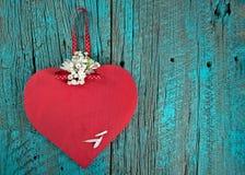 在绿松石土气木头的红色木心脏 库存图片