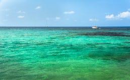 在绿松石地中海水的帆船在伊维萨岛海岛 免版税库存照片