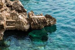 在绿松石明白海的停泊处 库存照片