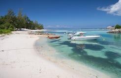 在绿松石海停泊的小船 免版税图库摄影