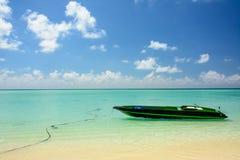 在绿松石海的小船 库存照片