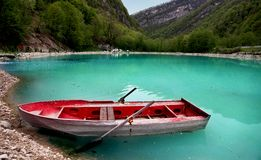 在绿松石湖的小船 库存照片