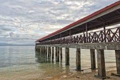 在绿松石热带天堂海岛海滩的日落 库存照片