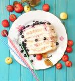 在绿松石背景的蛋糕 图库摄影