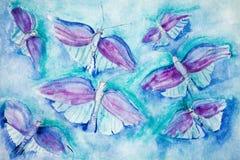 在绿松石背景的飞行蝴蝶 免版税库存图片