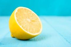 在绿松石表上的新黄色柠檬切片 库存照片