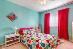 在绿松石颜色的快乐的卧室内部 库存图片