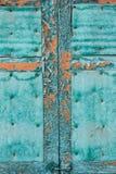 在绿松石颜色的老木窗口快门 破裂的油漆削皮 难看的东西背景 免版税图库摄影