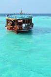 在绿松石水的船浮游物 库存图片
