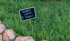 在黑黑板写的新年快乐 免版税库存图片