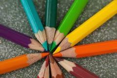 在黑板安排的各种各样的颜色铅笔 免版税图库摄影