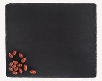 在黑板岩板的花生 背景查出的白色 库存图片