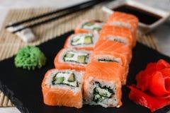 在黑板岩的开胃新鲜的费城寿司 免版税库存图片