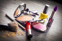 在黑板岩背景的化妆用品 免版税库存图片