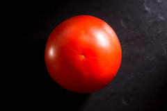 在黑板岩背景的蕃茄 免版税库存照片