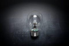 在黑板想法概念-背景的电灯泡 免版税库存图片