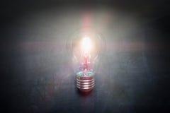 在黑板想法概念-背景的电灯泡 免版税库存照片