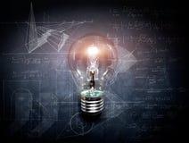 在黑板概念-背景的电灯泡 库存照片