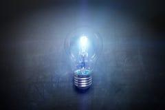 在黑板概念-背景的电灯泡 库存图片