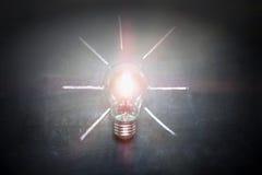 在黑板概念-背景的电灯泡 图库摄影