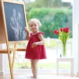 在黑板的小女孩图画 库存照片