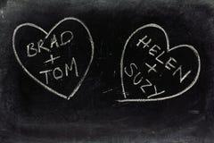 在黑板的快乐爱心脏 免版税库存图片