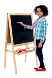 在黑板的愉快的学童文字 免版税库存图片