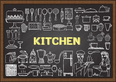在黑板的手拉的厨房设备 乱画或元素餐馆设计的 免版税图库摄影