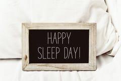 在黑板的文本愉快的睡眠天 免版税库存照片