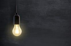在黑板的电灯泡灯 免版税库存照片