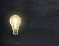 在黑板的电灯泡灯 库存照片