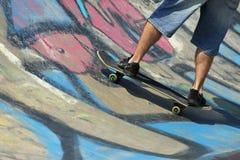 在滑板的男孩腿 免版税库存图片