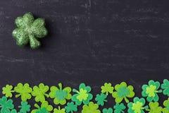 在黑板的绿色三叶草 免版税库存照片