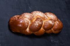 在黑板的结辨的面包 免版税库存照片