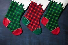 在黑板背景的圣诞节长袜, xmas卡片 免版税库存照片