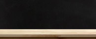 在黑板背景的木台式 免版税库存照片