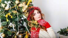 在结构树旁边的圣诞节女孩 库存照片
