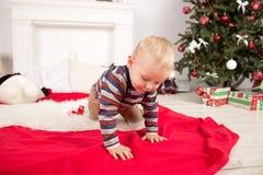 在结构树附近的儿童圣诞节 免版税库存照片