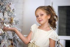 在结构树附近的圣诞节女孩 免版税库存图片