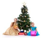 在结构树附近的圣诞节女孩 库存图片