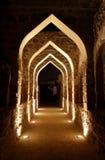 在巴林堡垒里面的拱道在晚上 库存图片