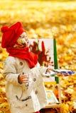 在画架的儿童图画在秋天公园 创造性的孩子发展 免版税库存照片