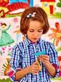 在画架的儿童绘画 库存图片